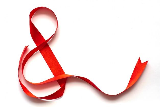 Nastro rosso a forma di otto per l'8 marzo: giornata internazionale della donna