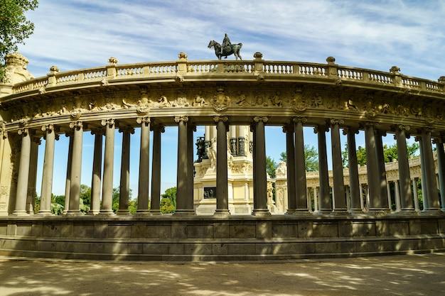Parco pubblico el retiro a madrid con costruzione di archi con colonne in linea.