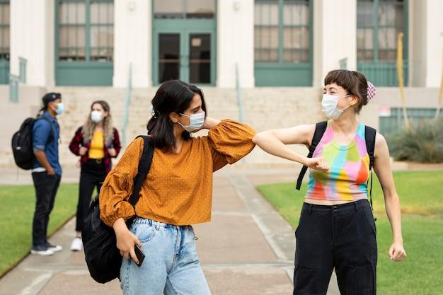 Saluto del gomito a scuola nella nuova normalità