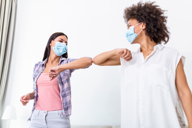 Urto del gomito. nuovo nuovo saluto per evitare la diffusione del coronavirus.