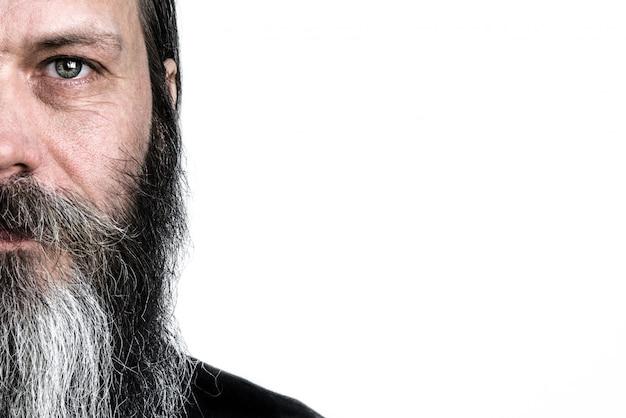 Uomo bianco caucasico barbuto anziano