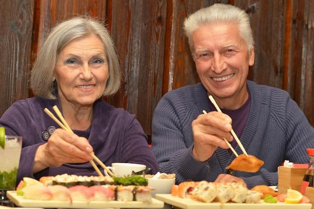 Coppia di anziani che mangia sushi in un bar