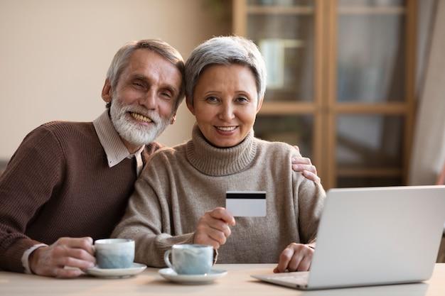 Coppia di anziani lo shopping online