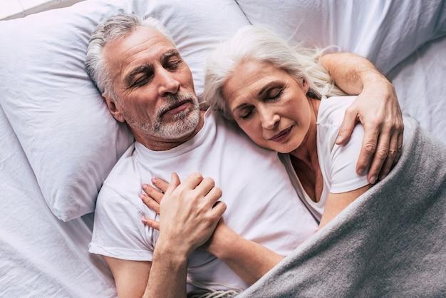 La coppia di anziani che dorme sul letto