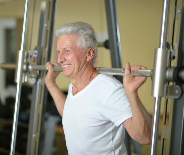 Uomo anziano che fa sport in palestra
