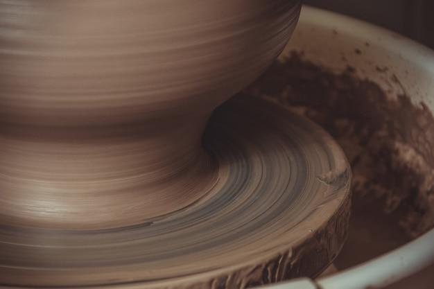 L'uomo anziano che fa il vaso facendo uso delle terraglie spinge dentro lo studio
