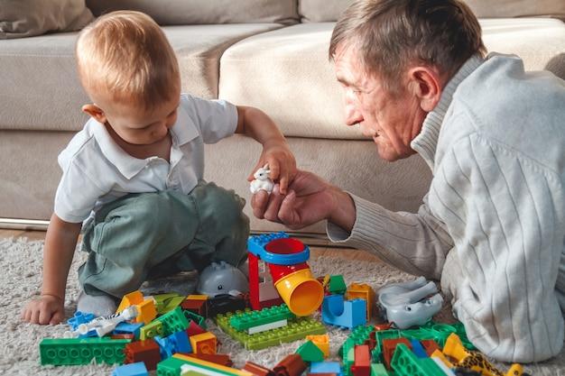 Uomo anziano che gioca con suo nipote