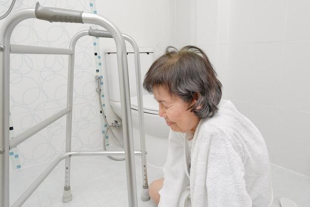 Donna anziana che cade in bagno a causa di superfici scivolose