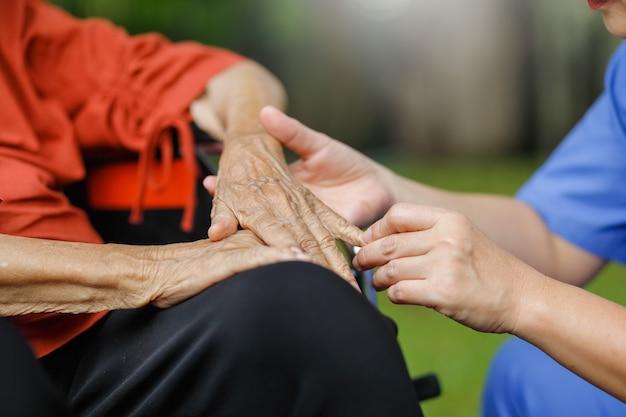 Felicità della donna anziana che parla con il caregiver