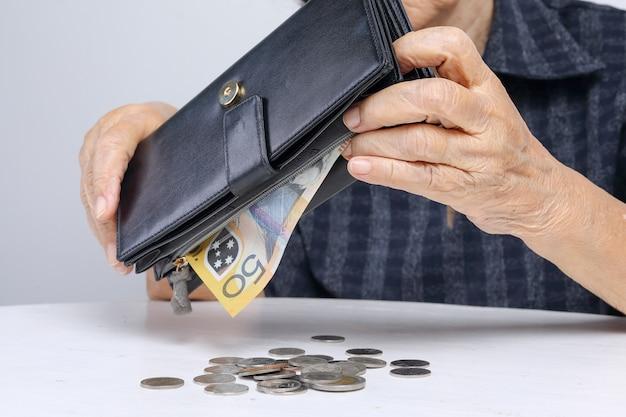 Donna anziana che ha problemi finanziari