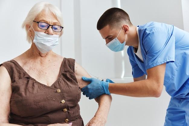 Donna anziana nell'assistenza sanitaria per la sicurezza delle vaccinazioni ospedaliere
