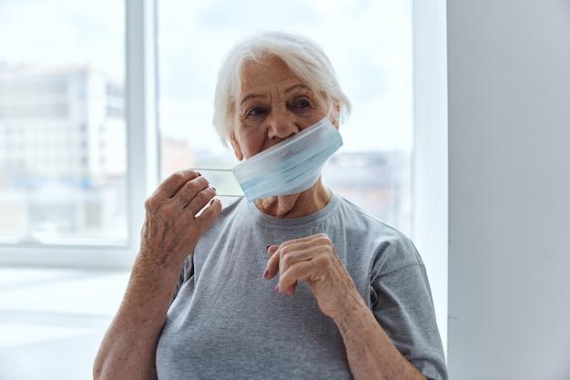 Protezione respiratoria con maschera medica per donna anziana