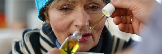 Donna anziana che cattura medicina