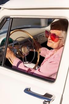 Donna anziana che viaggia con la sua auto