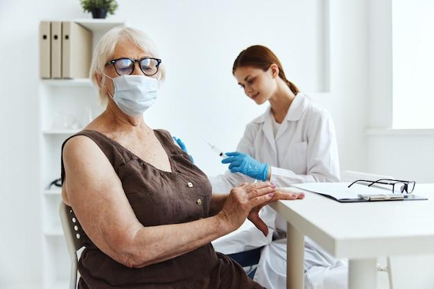 Donna anziana che indossa una maschera medica per la protezione dell'immunità del passaporto del vaccino