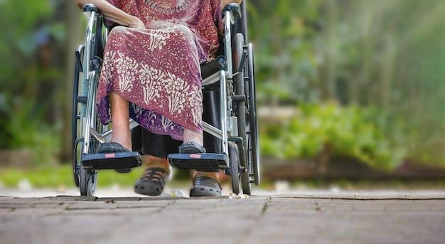 Donna anziana su sedia a rotelle a casa con la figlia prendersi cura