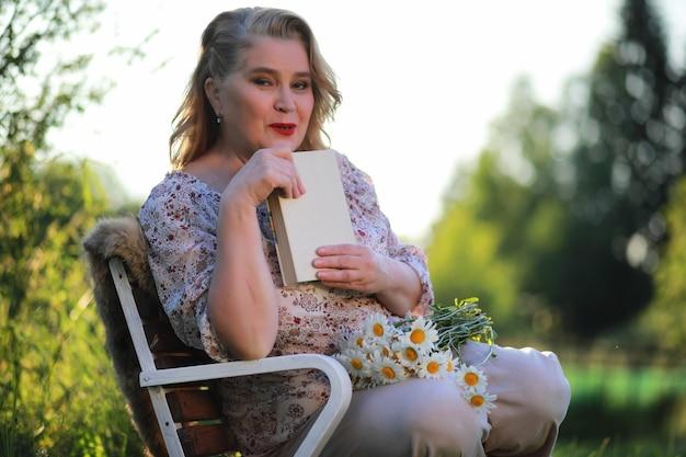 Una donna anziana con un trucco da sera sotto il portico di una casa di campagna