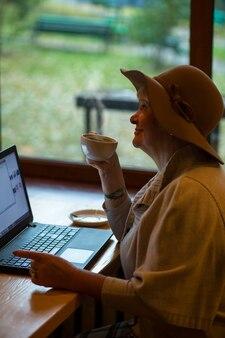 Donna anziana con un laptop