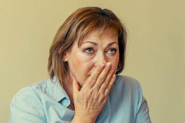 Donna anziana con espressione triste