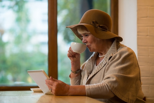 Donna anziana con un tablet