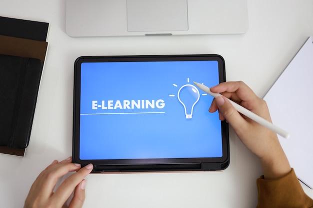 Concetto di e-learning con sito web su tablet