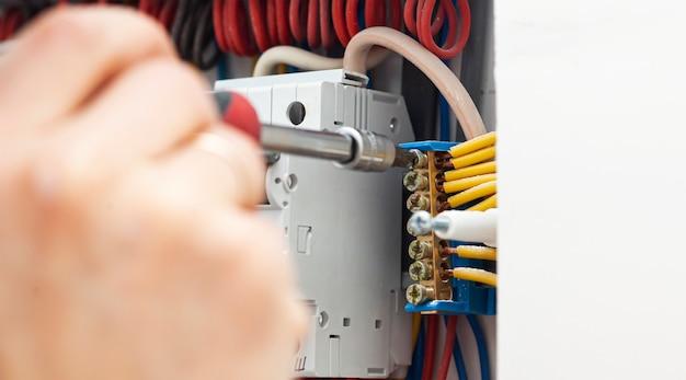 L'elettricista che installa il cablaggio elettrico in casa