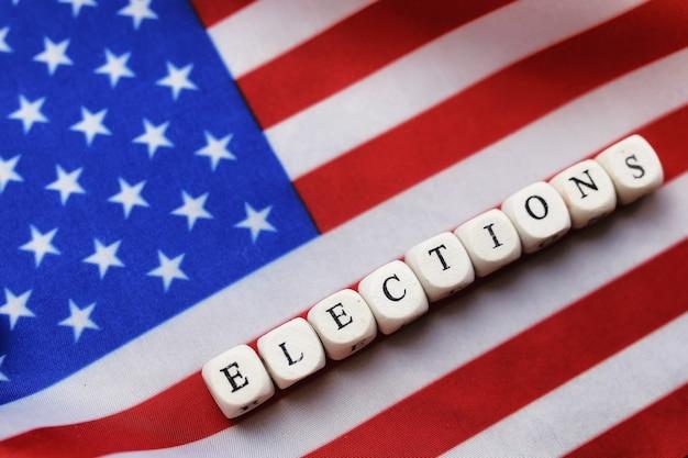 Simbolo di elezione sulla bandiera degli stati uniti con i cubi di legno della lettera