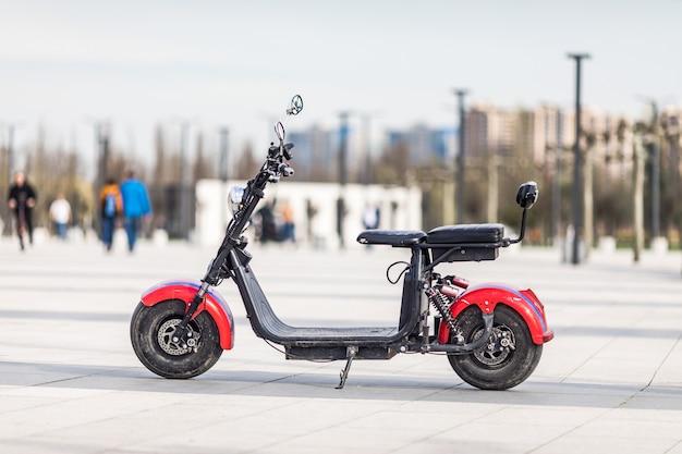 Bici elettrica parcheggiata nel parco cittadino