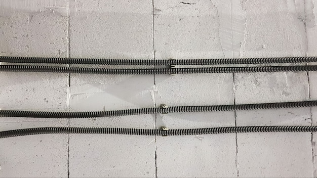 Il cavo elettrico è posato in una corrugazione protettiva sulla parete. i cavi elettrici sono portati sulla parete per il collegamento di prese e interruttori.