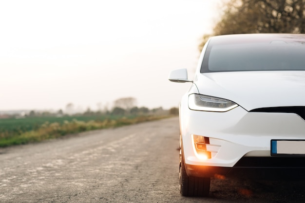 Auto elettrica sulla strada di campagna