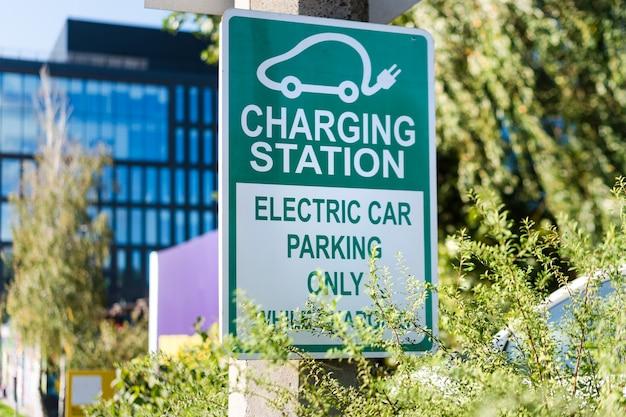 Stazione di ricarica per segnaletica stradale di auto elettriche