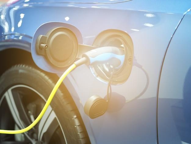 Il veicolo di ricarica elettrica collega la batteria di ricarica all'energia pulita di colore nero dell'auto per il futuro