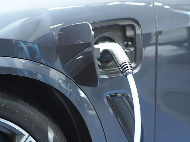 Spina presa elettrica per veicoli per ricaricare la batteria dell'auto di colore blu energia pulita