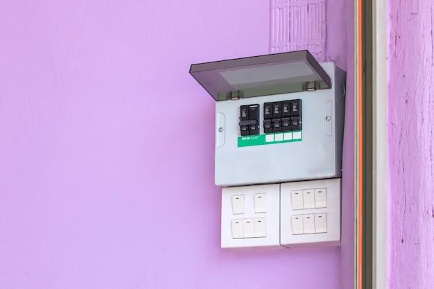 Sottostazione quadro elettrico in fabbrica, interruttore di comando elettrico on-off