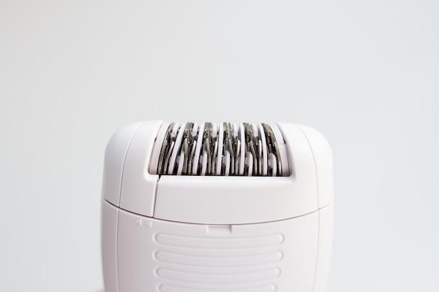 Epilatore elettrico per la depilazione su uno sfondo bianco, close-up