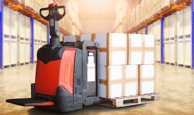 Carrello elevatore elettrico per pallet con scatole per pacchi su pallet in magazzino di stoccaggio spedizione del carico