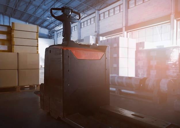 Transpallet elettrico per carrelli elevatori con scatole per pacchi nel magazzino di stoccaggio logistica del magazzino di spedizione