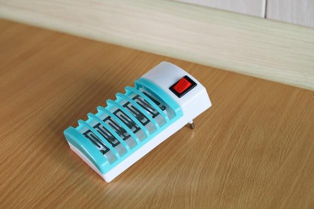 Il fumigatore elettrico per la protezione dalle zanzare è sul pavimento
