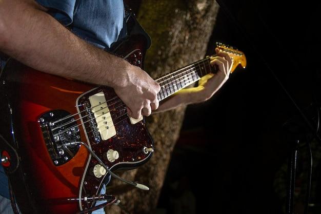 Giocatore di chitarra elettrica, foto del primo piano con fuoco selettivo molle