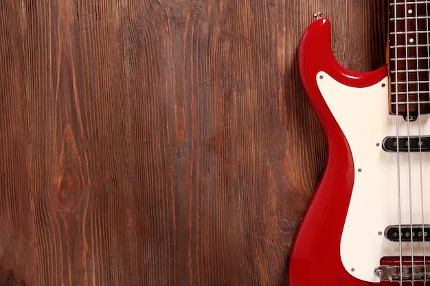 Chitarra elettrica su fondo in legno
