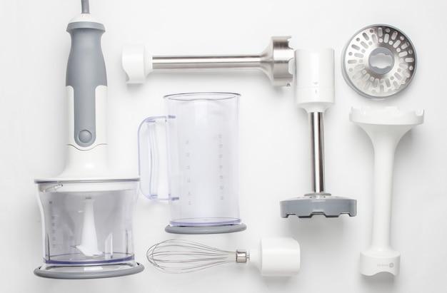 Sbattitore elettrico. set di ugelli e contenitori per frullatore. vista dall'alto, piatto
