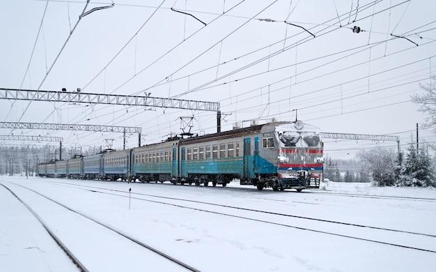 Treno locale elettrico alla stazione di sianky al passo di uzhok nei carpazi