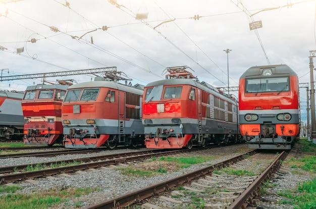 Le locomotive elettriche sono allineate sulla ferrovia.