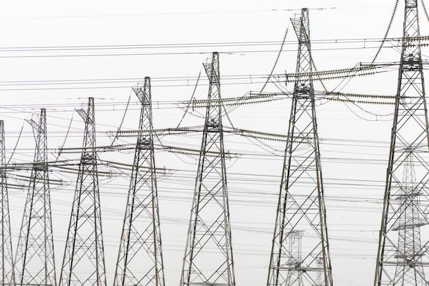 Trasmissioni di energia elettrica ad alta tensione torre sullo sfondo del cielo di nebbia.