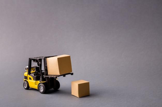 Camion professionale elettrico che porta cose da consegnare