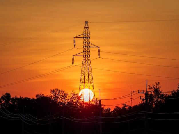 Pilone elettrico al tramonto