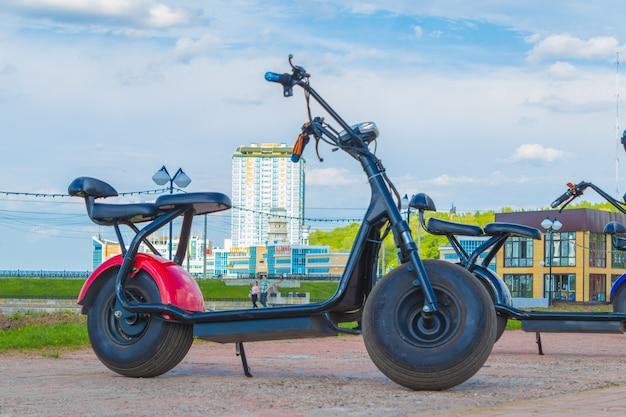Scooter elettrico nel parco cittadino. cheboksary, russia, 19/05/2018