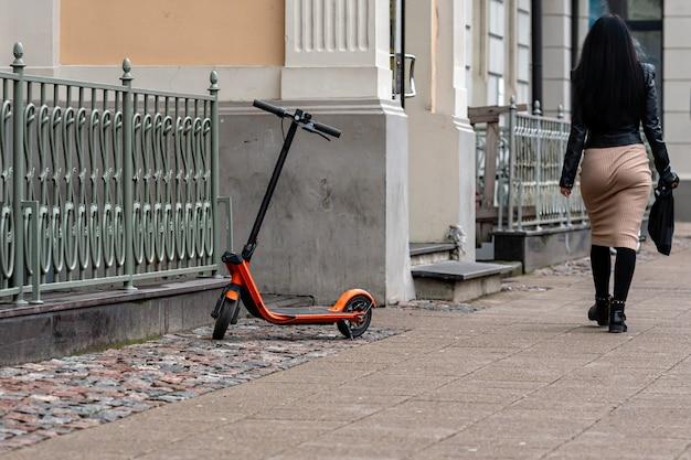 Uno scooter elettrico parcheggiato sul marciapiede a riga, in lettonia