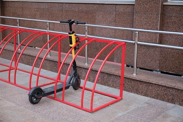 Scooter elettrico nel parcheggio, in strada. sistema di noleggio del trasporto urbano.