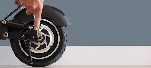 Scooter elettrico nel concetto di servizio di manutenzione in officina concetto tecnologico di servizio di riparazione
